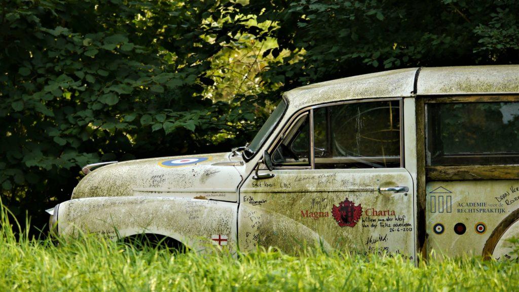 De verweerde auto op het landgoed rondom kasteel Waardenburg