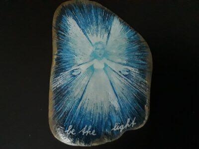 Een happy stone met een engel erop