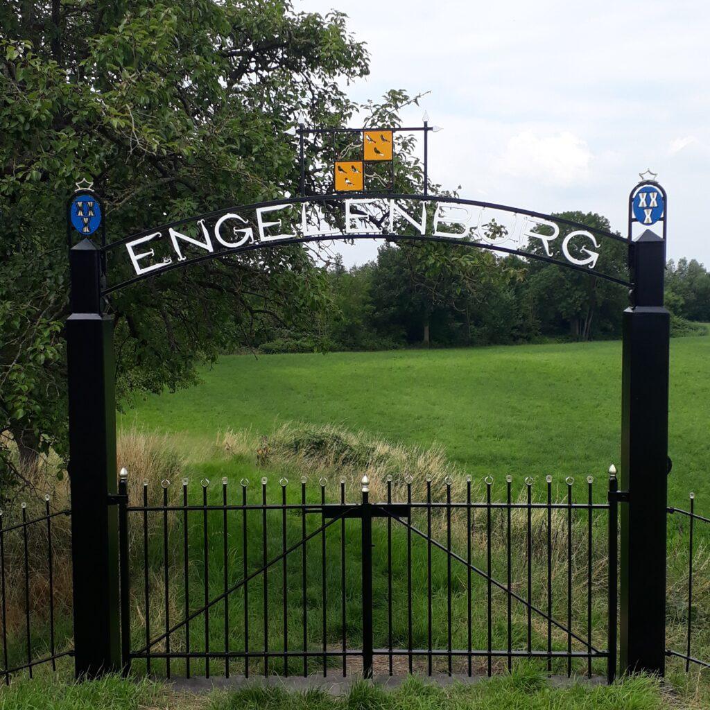 Toegangspoort met het woord Engelenburg, waar het Engelenburgerpad zijn naam aan dankt